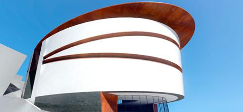 Render de centro comercial de tres alturas con accesos laterales y frontal