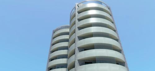 infografía de una torre de viviendas de 8 alturas con acabados de ladrillo caravista y enfocado blanco