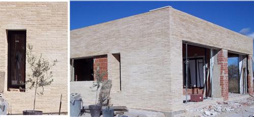 Proyecto edificacion Vivienda unifamiliar de 140 m2 construidos desarrollados en una planta,compuesta por 4 habitaciones, 3 baños, estar-comedor y cocina, ubicada en parcela urbana de 2000 m2. Fachada de ladillo caravista macizo blanco y carpinteria de aluminio lacado en negro