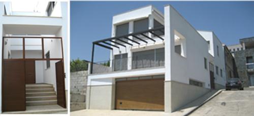 Proyecto edificacion Programa distribuido en planta baja más dos alturas, con patio de acceso lateral y terraza privada orientada a este. Fachada de enfoscado pintado en blanco, basamento de piedra Bateig azul y pergola de acero pintado en negro.